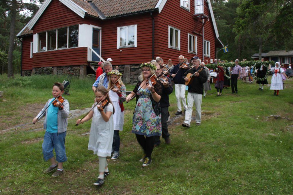 StenuddenMidsommarStångmarsch_2011